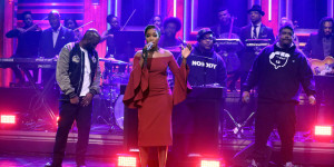 THE TONIGHT SHOW STARRING JIMMY FALLON -- Episode 0542 -- Pictured: (l-r) Posdnuos, Maseo, and Dave of musical guest De La Soul perform with Estelle and The Roots on September 27, 2016 -- (Photo by: Andrew Lipovsky/NBC)